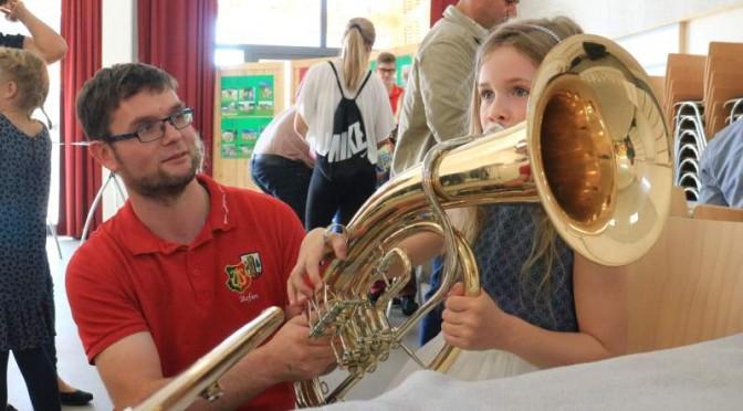 Nachwuchs versucht sich an den Instrumenten